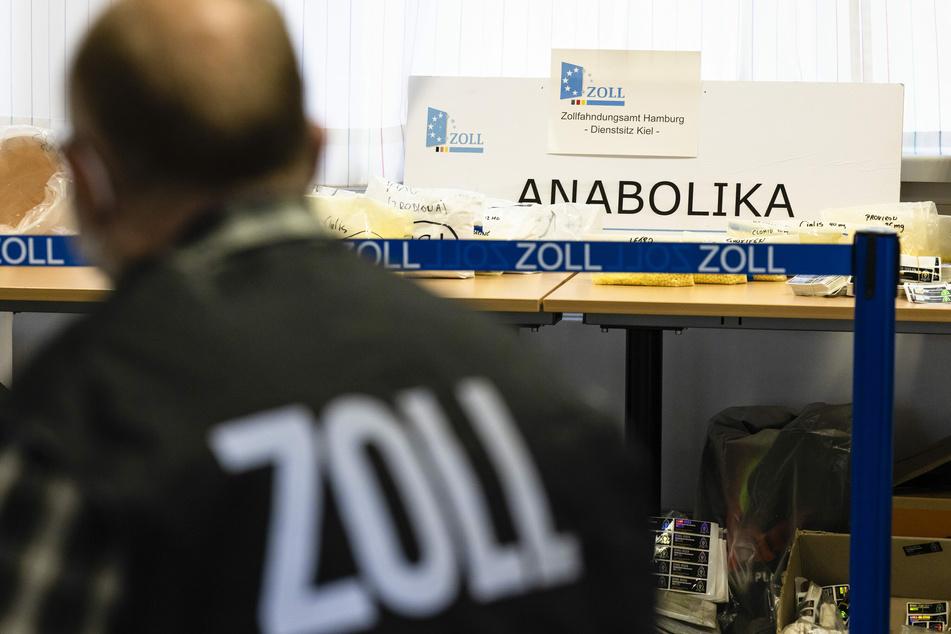 Ein Zollbeamter steht vor Beweismitteln in den Räumen des Zollfahndungsamtes Hamburg, Dienstsitz Kiel.