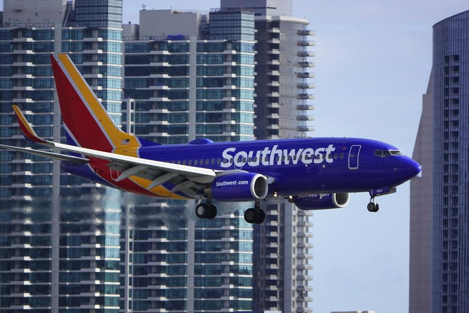 Ein Flugzeug vom Typ Boeing 737 der Fluglinie Southwest Airlines beim Landeanflug auf den San Diego International Airport.