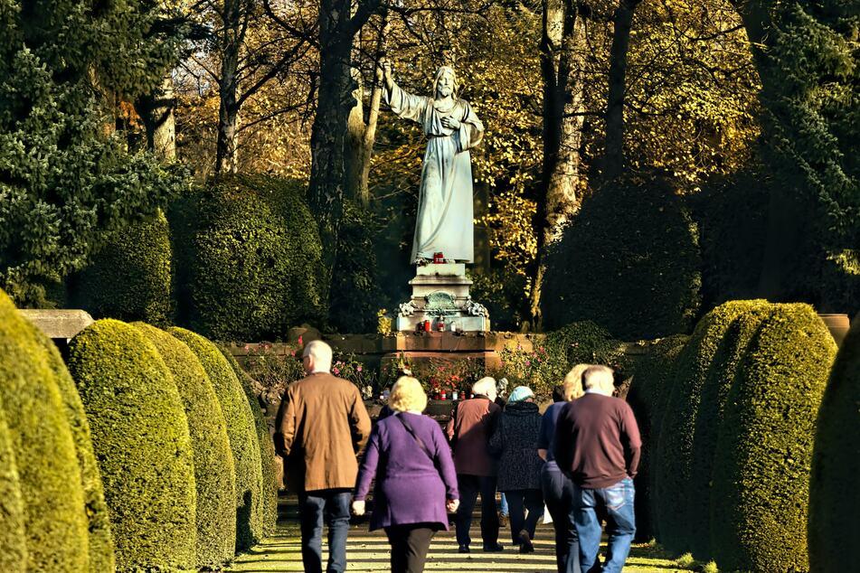 Besucher auf dem Ohlsdorfer Friedhof. (Archivbild)