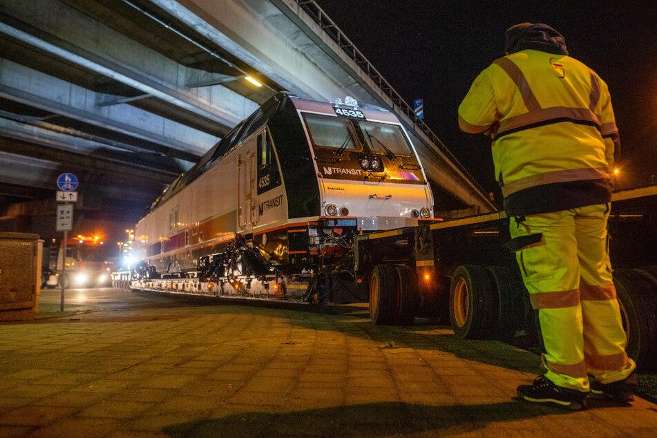 Hamburg: Huch! Warum fährt hier eine Lok auf der Straße durch Hamburg?