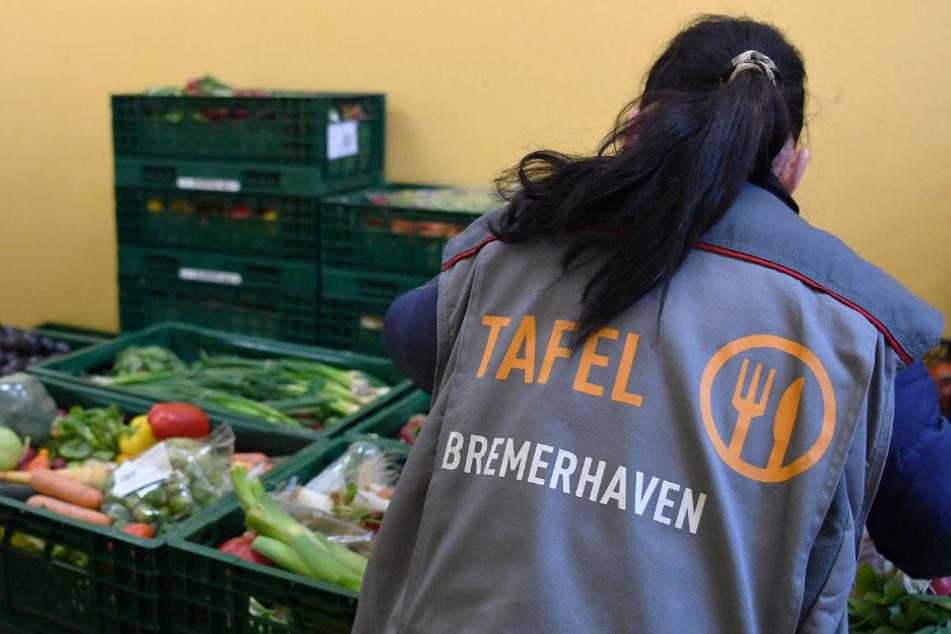 Eine Mitarbeiterin der Bremerhavener Tafel bereitet Obst und Gemüse zur Verteilung vor.