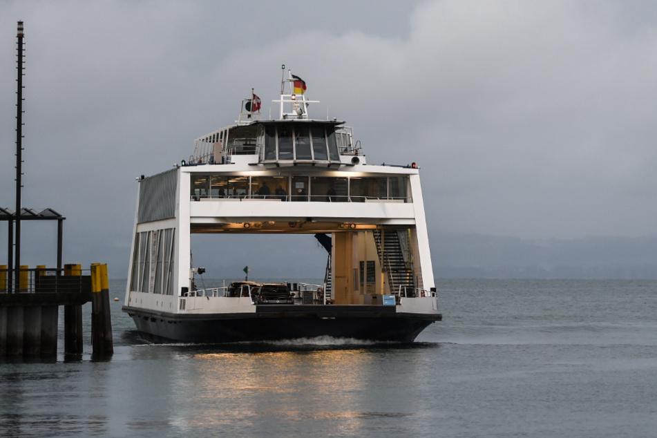 Eine Fähre fährt über den Bodensee. Der Fährbetrieb zwischen Meersburg und Konstanz steht wegen eines Streiks am Donnerstag still. (Symbolbild)