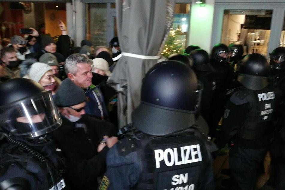 Demonstranten durchbrechen die Polizeikette.