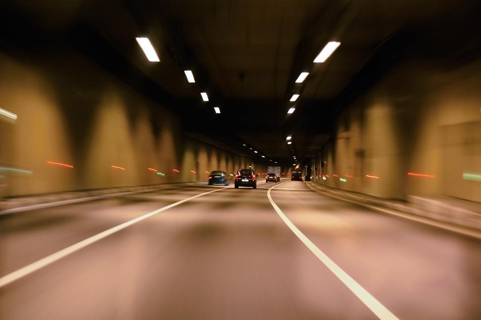 Köln-Deutz: Motorradfahrer kracht in Auto