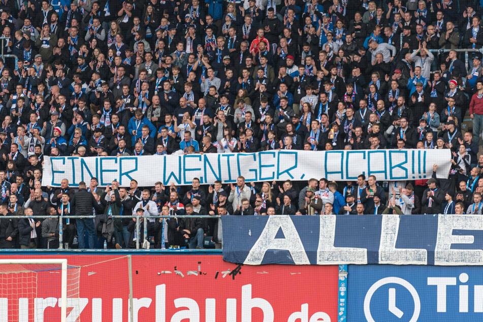 """""""Menschenverachtend"""": Pietätloses Stadion-Banner von Rostock-Fans gezeigt"""