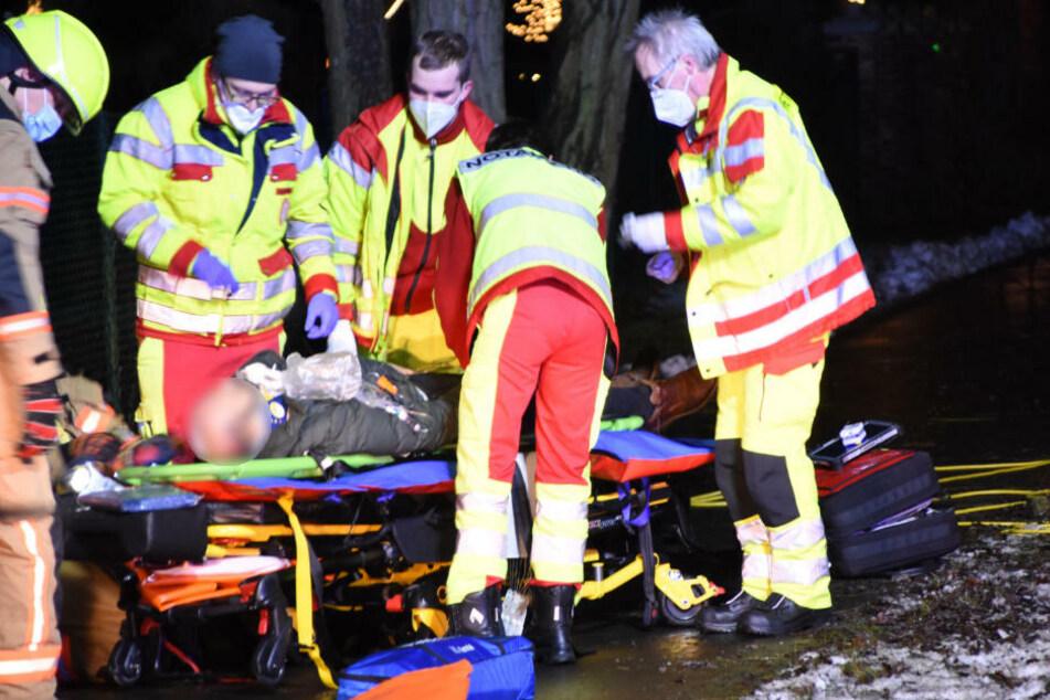Ein Schwerverletzter wird von den Rettungskräften vor Ort versorgt und für den Transport ins Krankenhaus vorbereitet.