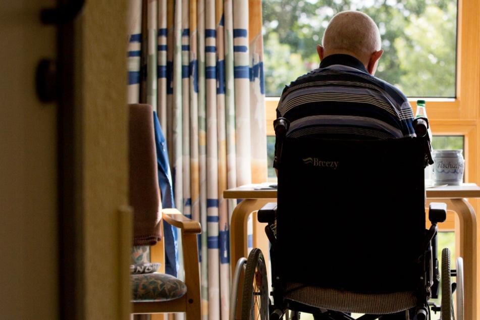 Das Archivbild zeigt einen an den Rollstuhl gebundener Bewohner eines Altenpflegeheims.