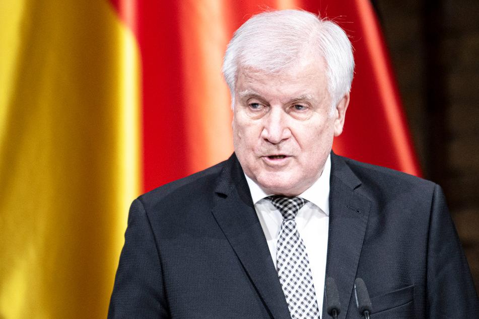 Eine gefälschte Webseite nimmt die Flüchtlingspolitik von Bundesinnenminister Horst Seehofer (71, CSU) und seiner Partei aufs Korn.