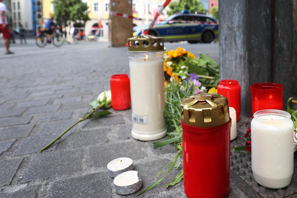 An dem Tatort wurden am Samstag Blumen und Kerzen niedergelegt. Bei der Attacke wurden drei Menschen getötet.