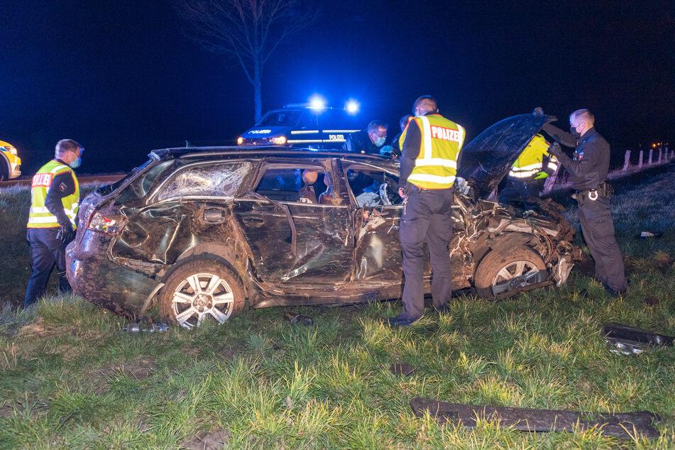 Schwerer Unfall auf der Landstraße: Audi-Fahrer aus Wagen geschleudert