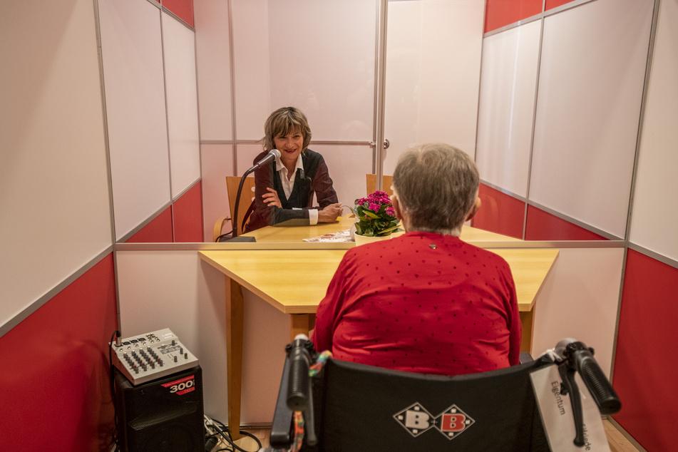 Elfriede Liebscher (92) spricht mit OB Barbara Ludwig (58, SPD, l.) in der Besuchskabine über ihre Zeit im Altenpflegeheim der Stadtmission.