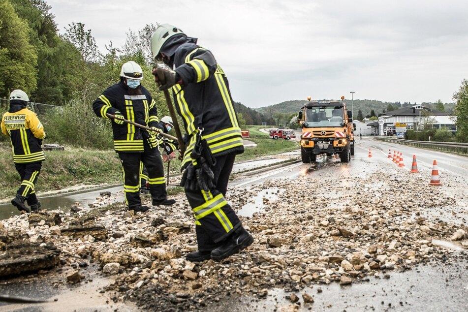 Zwei Wasserrohrbrüche sorgen für überflutete Straßen und Keller