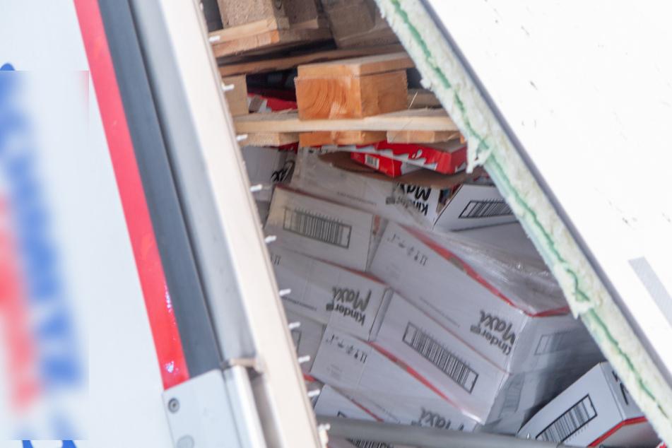 Der Laster war voll mit Schokoriegeln beladen.