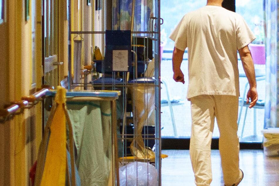 Altenpfleger geht trotz positivem Coronavirus-Befund zur Arbeit: So lautet das Urteil