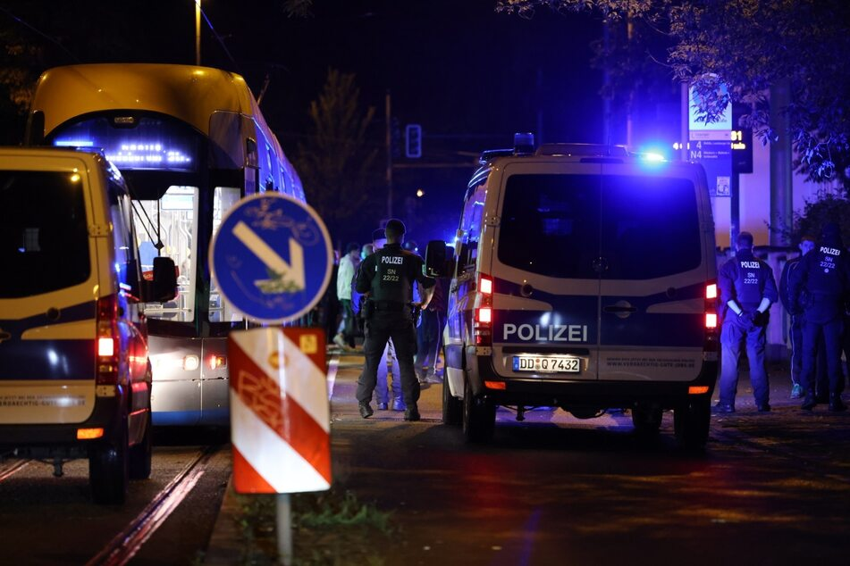 An der Haltestelle Stallbaumstraße in Gohlis-Süd umstellte die Polizei eine Straßenbahn.