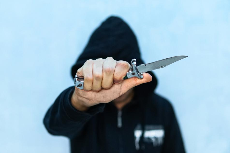 Der Angreifer rempelte das Opfer an und rammte ihm dann das Messer in den Bauch. (Symbolbild)