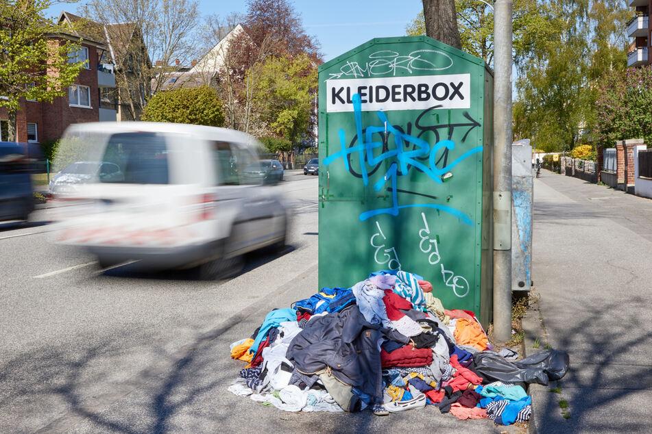 Am Mittwochmorgen ist in Hilchenbach bei Siegen ein Toter in einem Altkleidercontainer an einem Einkaufsmarkt entdeckt worden. (Archivbild)