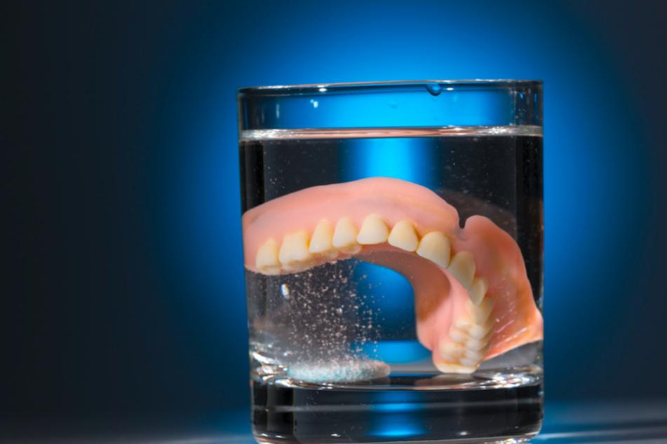 Weil er drei Monate ohne seine Zahnprothese auskommen musste, klagte ein Mann in Nürnberg auf Schmerzensgeld. (Symbolbild)