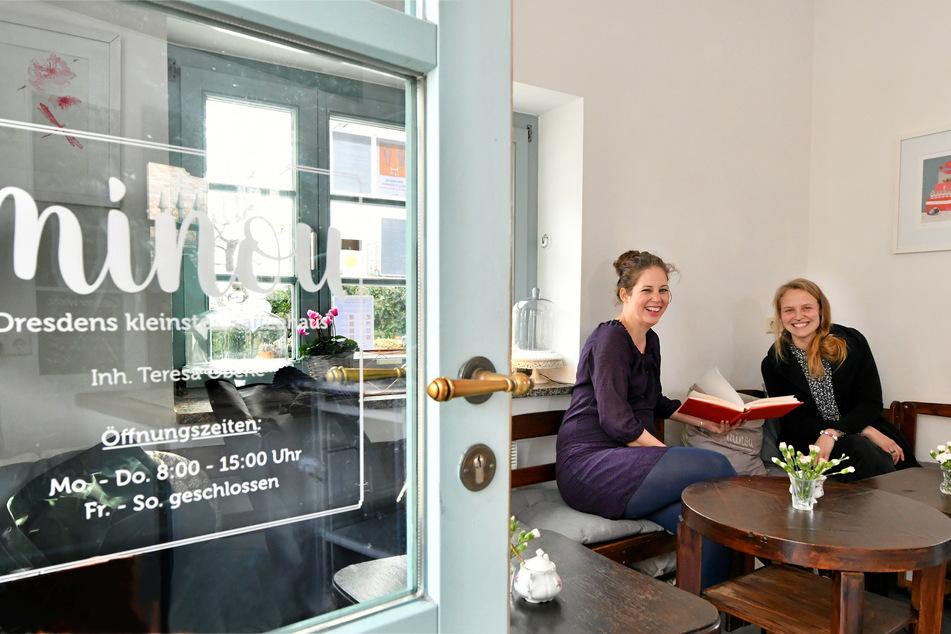"""Theresa Oberle (34, l.) gibt das """"Minou"""" an Madeleine Fischer (29) ab. Vorher öffnen die beiden das Kaffeehaus aber noch einmal gemeinsam."""