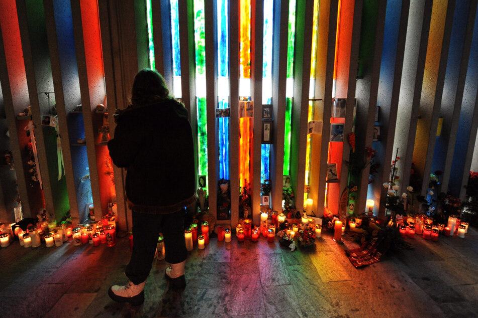 Kaprun, 2010: Angehörige haben Kerzen anlässlich des zehnten Jahrestages der Feuerkatastrophe niedergelegt.