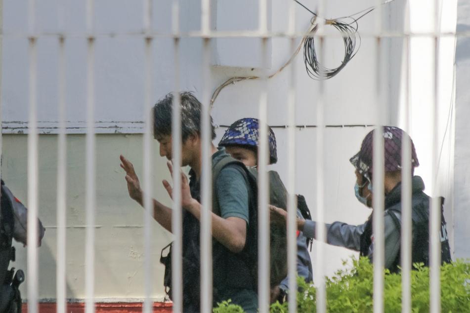 Yuki Kitazumi (45,l), Freelance-Reporter aus Japan, wurde im Februar von der Polizei in Myanmar festgenommen. Nach Angaben der japanischen Botschaft sei in das berüchtigte Insein-Gefängnis gebracht worden, in dem viele politische Häftlinge festgehalten werden.