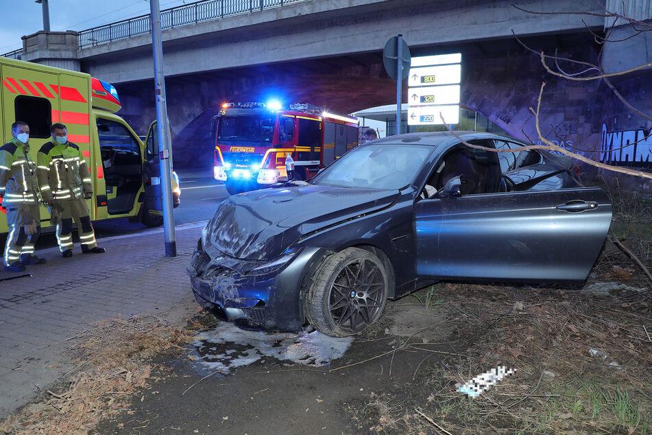 Aus dem BMW waren Flüssigkeiten ausgetreten, doch die Feuerwehr kümmerte sich darum, sodass keine weitere Gefahr entstand.