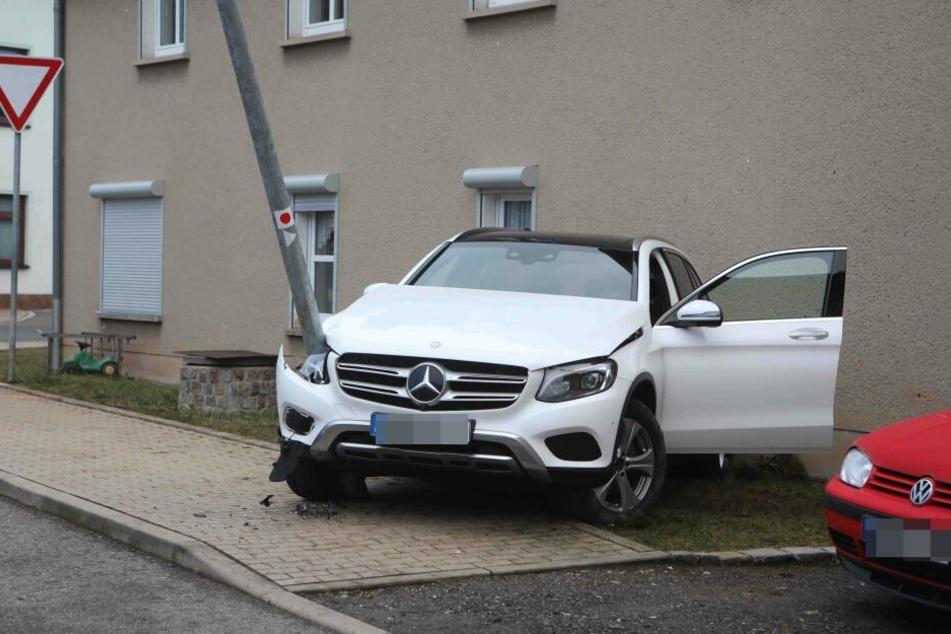 Der Mercedes wurde von dem Laternenmast durchbohrt, ist jetzt nur noch Schrott.