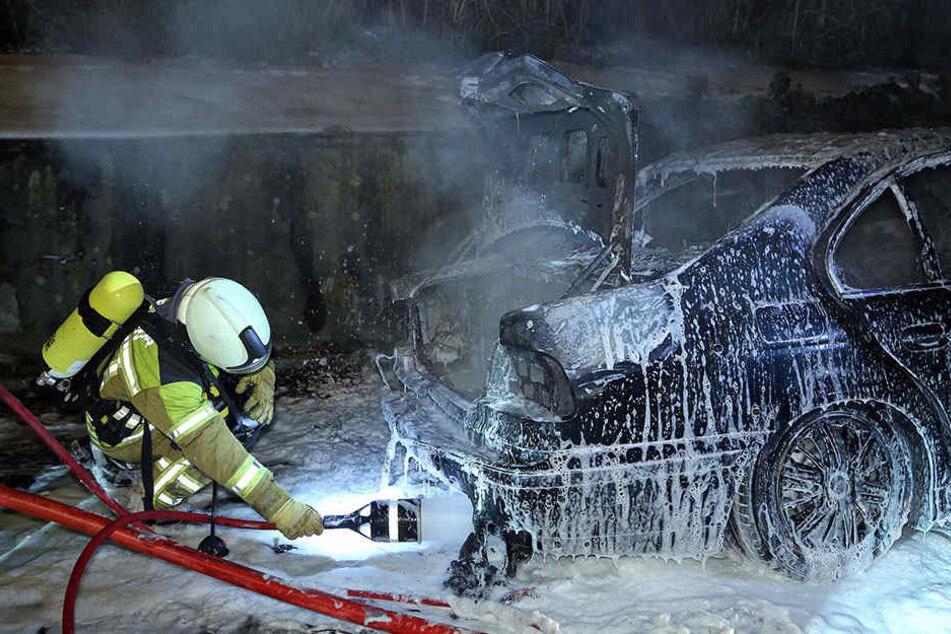 Als die Feuerwehr eintraf, war der BMW bereits reif für die Schrottpresse.