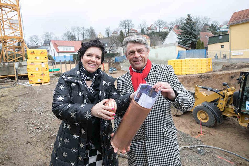 """Architektin Annette Katrin Seidel legt mit ihrem Mann Uwe den Grundstein für das Showroom-Hotel """"Laurichhof"""" in Pirna-Copitz."""