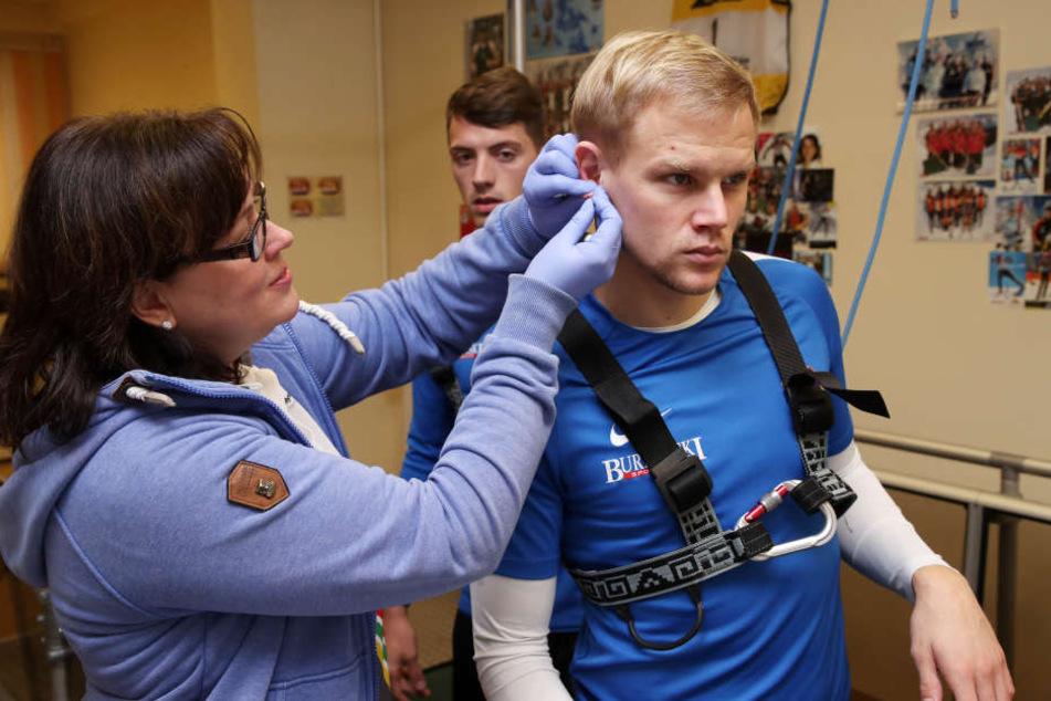 Gib mir dein Blut! Sören Bertram (r.) bekommt beim Laktattest von der medizinisch-technischen Assistentin Evelin Pilz den roten Saft aus dem Ohrläppchen abgezapft.