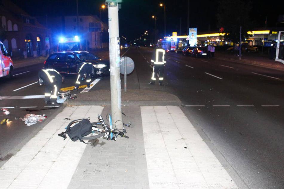Das Fahrrad zerschellte bei dem Aufprall.