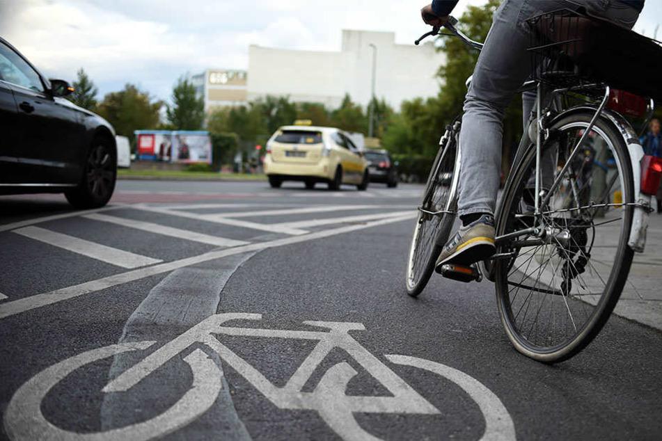Ein 77-jähriger Fahrradfahrer wurde beim Überholen eines Auto von diesem gestreift, stürzte und verletzte sich schwer (Symbolbild).
