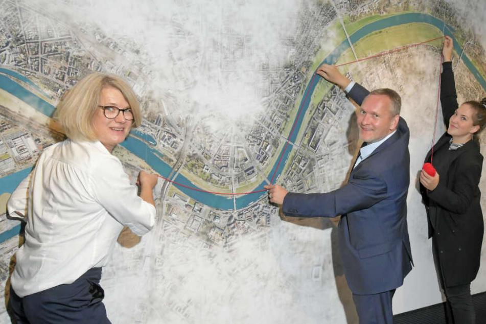 """Anke Brandt (51), Jens H. Zander (49) und Eszter Ratz (27) sehen die Elbe als """"Canale Grande""""."""