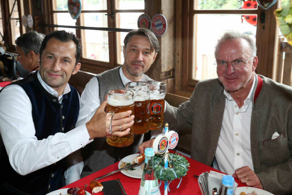 Hasan Salihamidzic (l-r), Sportdirektor vom FC Bayern, Niko Kovac, Trainer vom FC Bayern München und Karl-Heinz Rummenigge, Vorstandschef vom FC Bayern auf dem Oktoberfest.