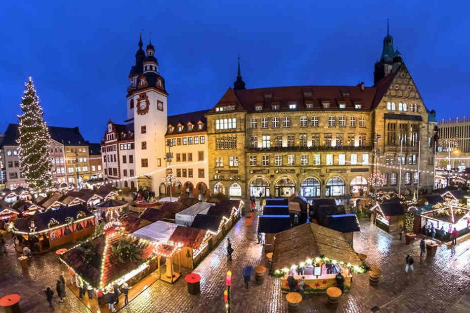 Rund um das Chemnitzer Rathaus finden Besucher rund 200 weihnachtlich geschmückte Hütten.