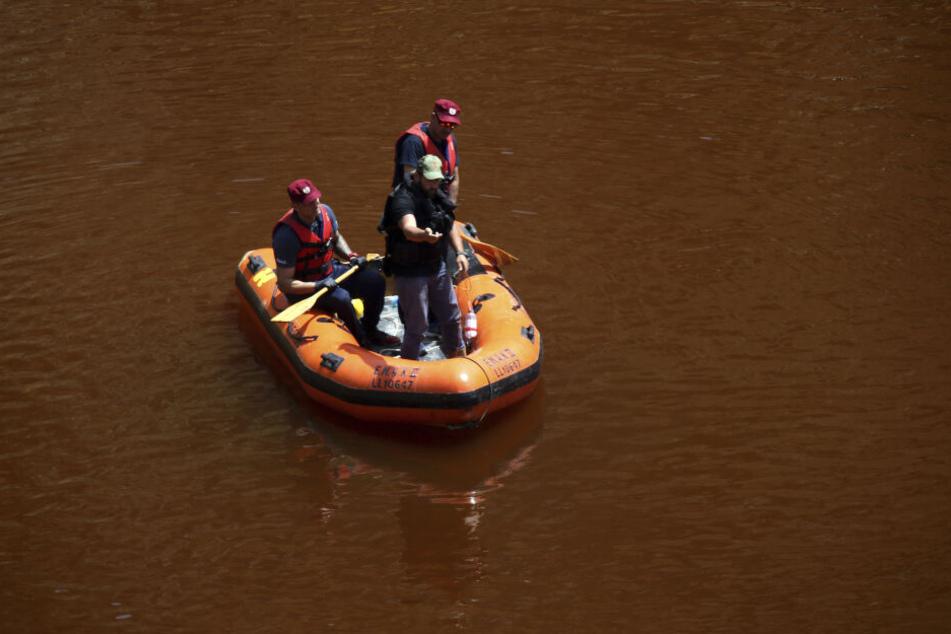 Polizisten suchen auf deinem Baggersee in Zypern nach einem Koffer, in dem Leichenteile vermutet worden waren.
