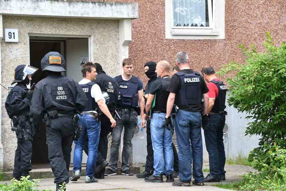 Polizeibeamte besprechen sich vor der Tür des Flüchtlingsheimes.