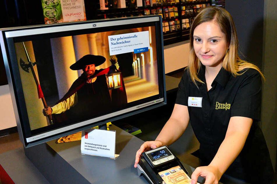 Mariana Ciotau (23) von der  Dresden Information prüft inzwischen jeden Geldschein mit einem speziellen  Scanner.