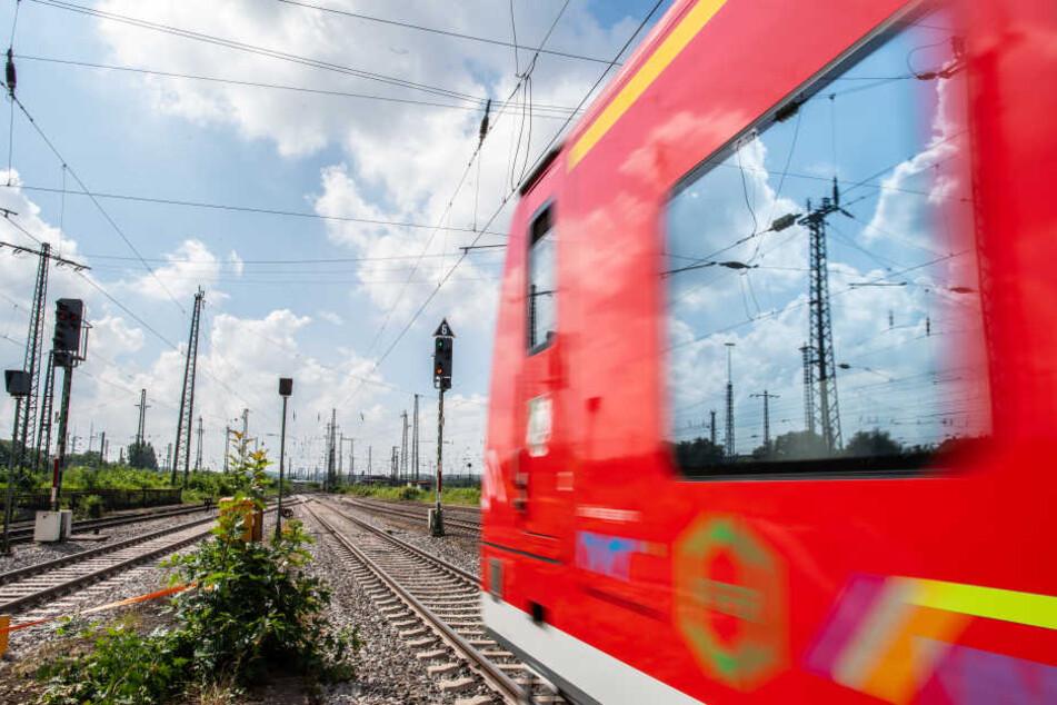 Auf der Strecke wird zunächst kein Zug mehr fahren. (Symbolbild)