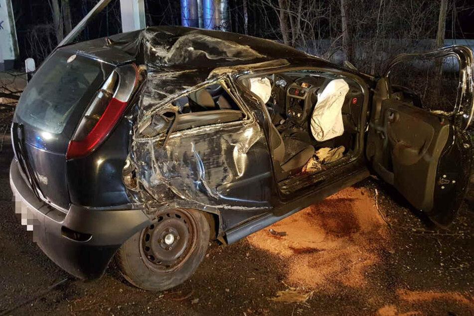 Am Mittwochabend hat der Fahrer dieses Opel Corsas in Markranstädt bei Leipzig einen schweren Unfall verursacht.