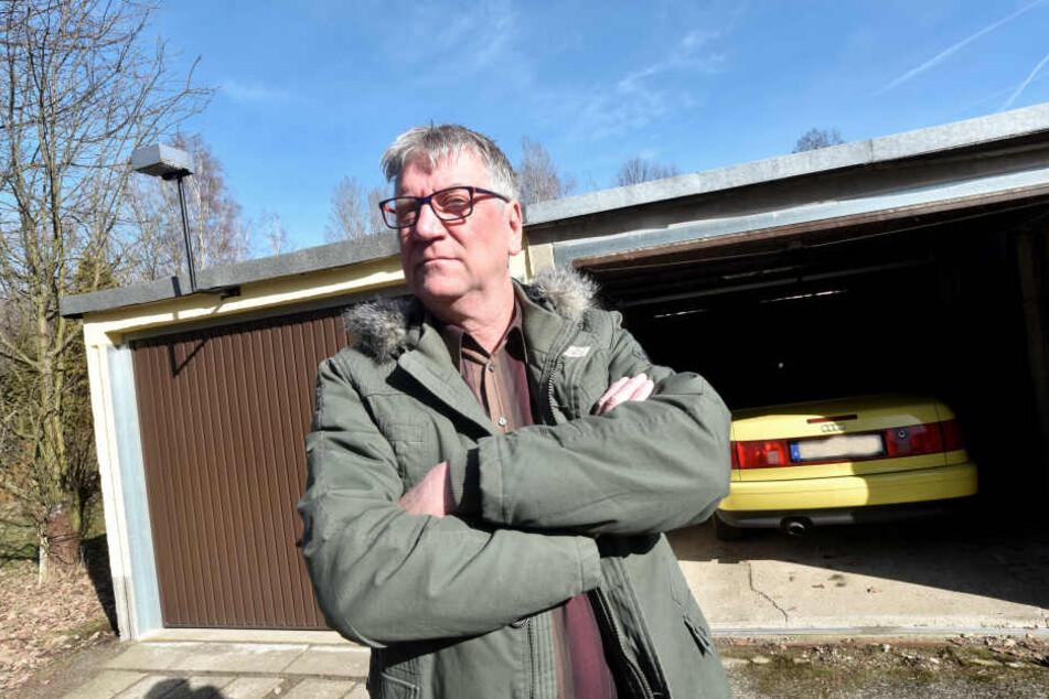 Schützenvereins-Chef Jürgen Bollmann (60) ärgert sich über den dreisten Klau aus seiner Garage.
