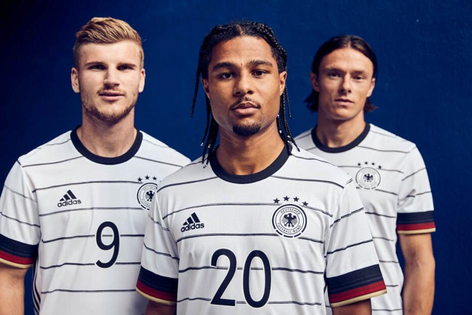 Timo Werner, Serge Gnabry und Nico Schulz fühlen sich schon pudelwohl im neuen Trikot.