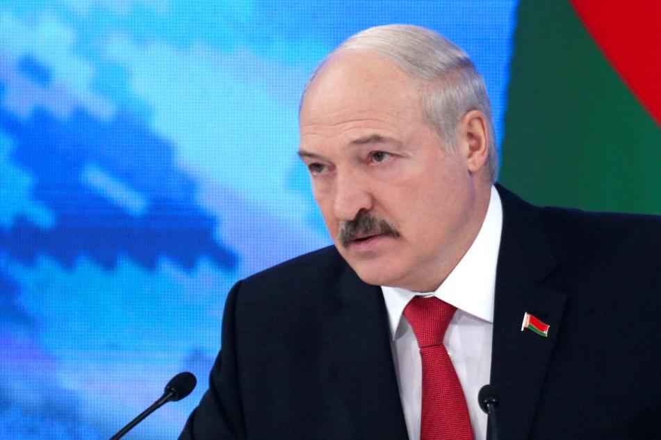 """Laut dem Dekret von Präsident Alexander Lukaschenko (62) soll jeder eine """"Mindeststeuer"""" in Höhe eines Monatsverdiensts entrichten - auch die Armen."""