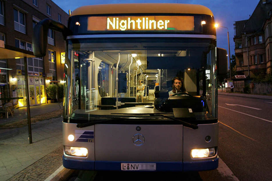 """Der Bus fuhr gerade in die Haltestelle """"Wirbelstraße"""" ein, als die Insassen das Szenario beobachteten. (Symbolbild)"""