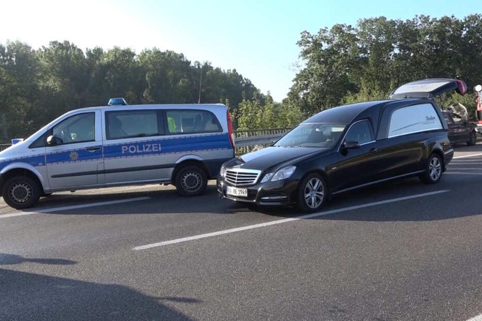 Mit dem Leichenwagen wurde der tödlich verletzte Beifahrer abgeholt.