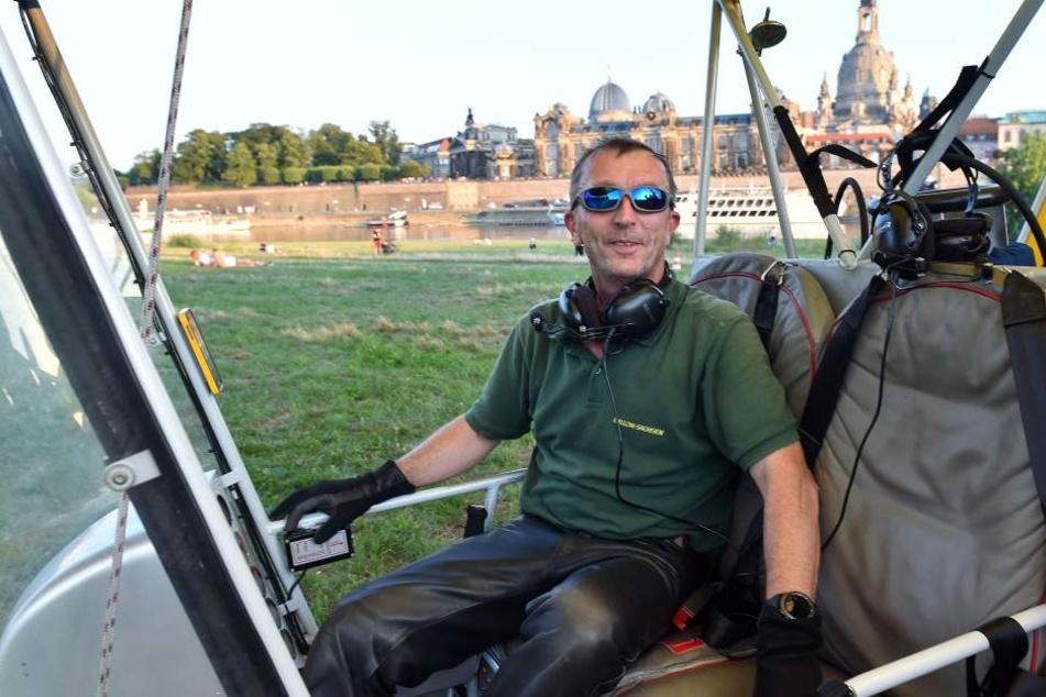 Momentan hat er Hochsaison: Pilot Jens Großmann (50) steuert sein Luftschiff  mit Lenkseilen.