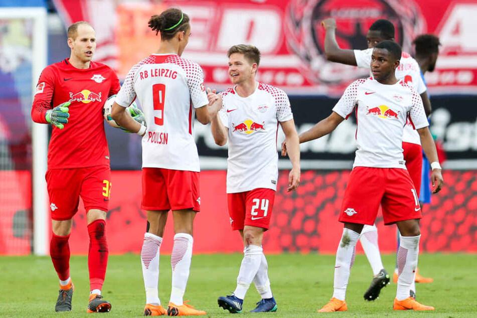 Mit Yussuf Poulsen (#9), Dominik Kaiser (2.v.r.) und Ademola Lookman (r.) bangt RB Leipzig gleich um drei leicht verletzte Spieler.