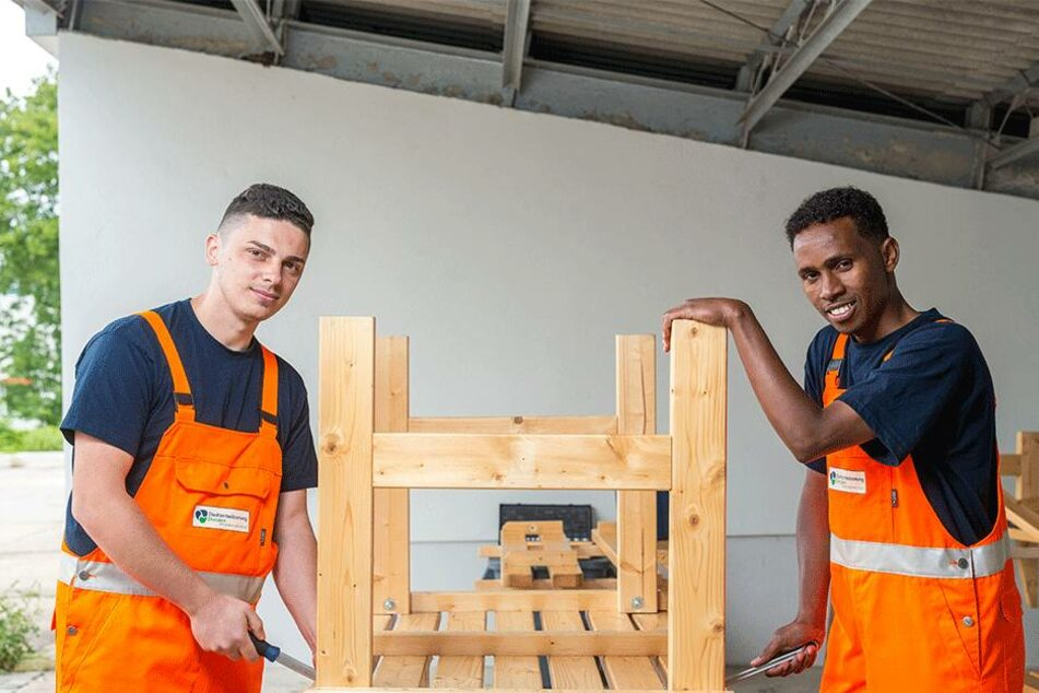 Auch die Dresdner Stadtentwässerung treibt die Arbeitsmarktintegration von Flüchtlingen voran. Hier: Arbnor Morina und Hassan Abdi Adan im Juli 2016 bei der Arbeit.