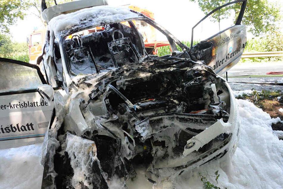 Tödlicher Unfall: Auto geht nach Crash mit Biker in Flammen auf