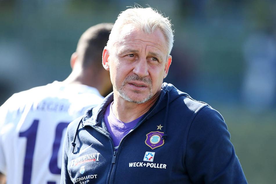 Bis zum Spiel auf St. Pauli muss FCE-Trainer Pavel Dotchev noch einige Fragen beantworten.